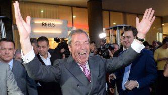 Nigel Farage esulta dopo i risultati sulla Brexit (LaPresse)