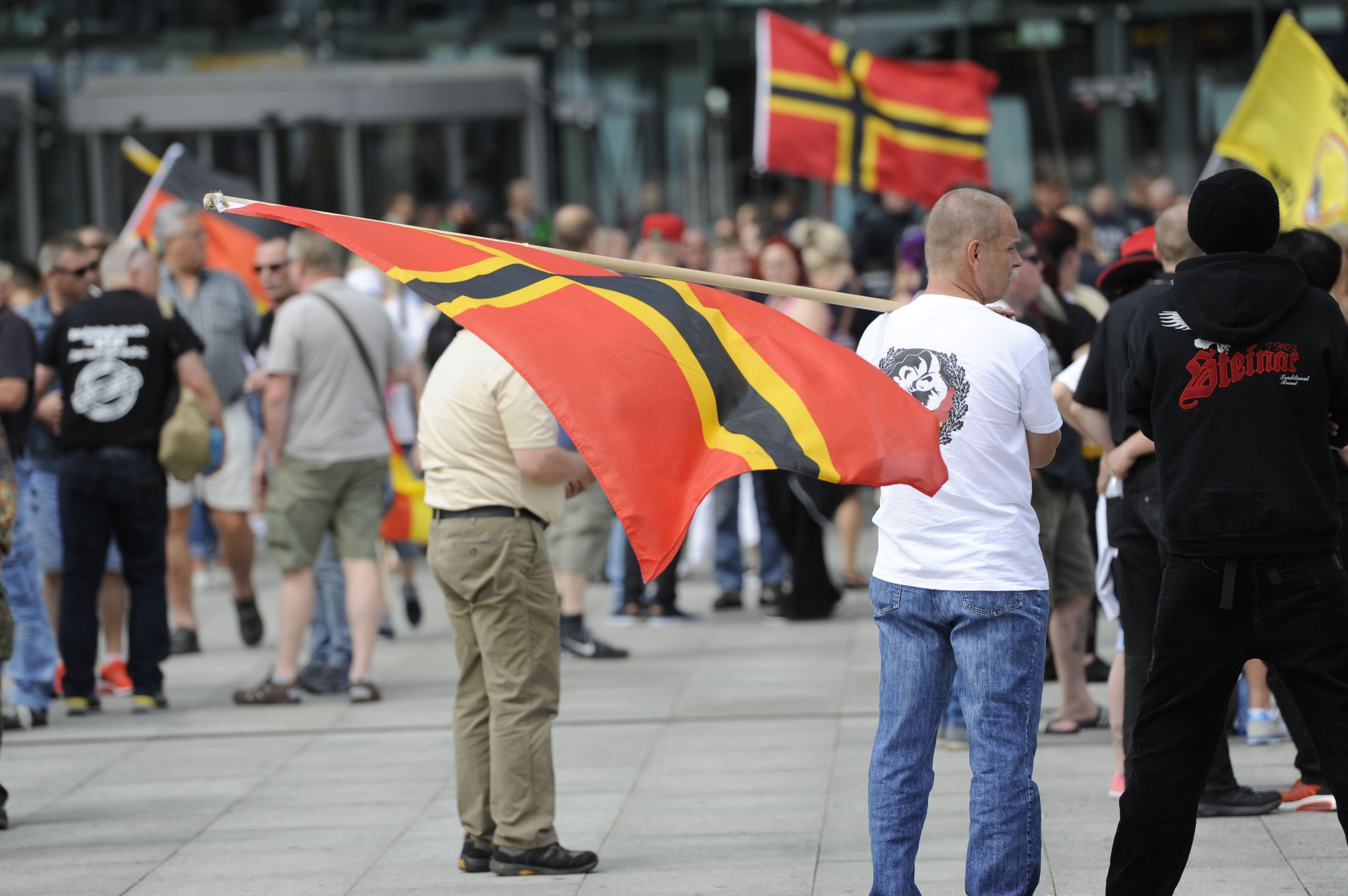 Berlino, la destra in piazza contro Angela Merkel (LaPresse)