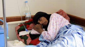 Una donna colpita dal colera in Yemen (LaPresse)