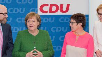 Annegret Kramp-Karrenbauer e Angela Merkel (LaPresse)