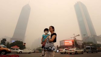 La città Wuhan avvolta in nuvola giallastra (LaPresse)