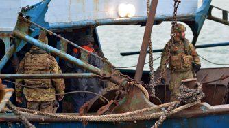 L'arresto di 15 scafisti trasferiti al porto di Catania dalla nave Aliseo della marina militare italiana (LaPresse)