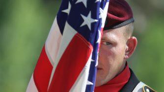 Un soldato americano durante una cerimonia commemorativa (LaPresse)