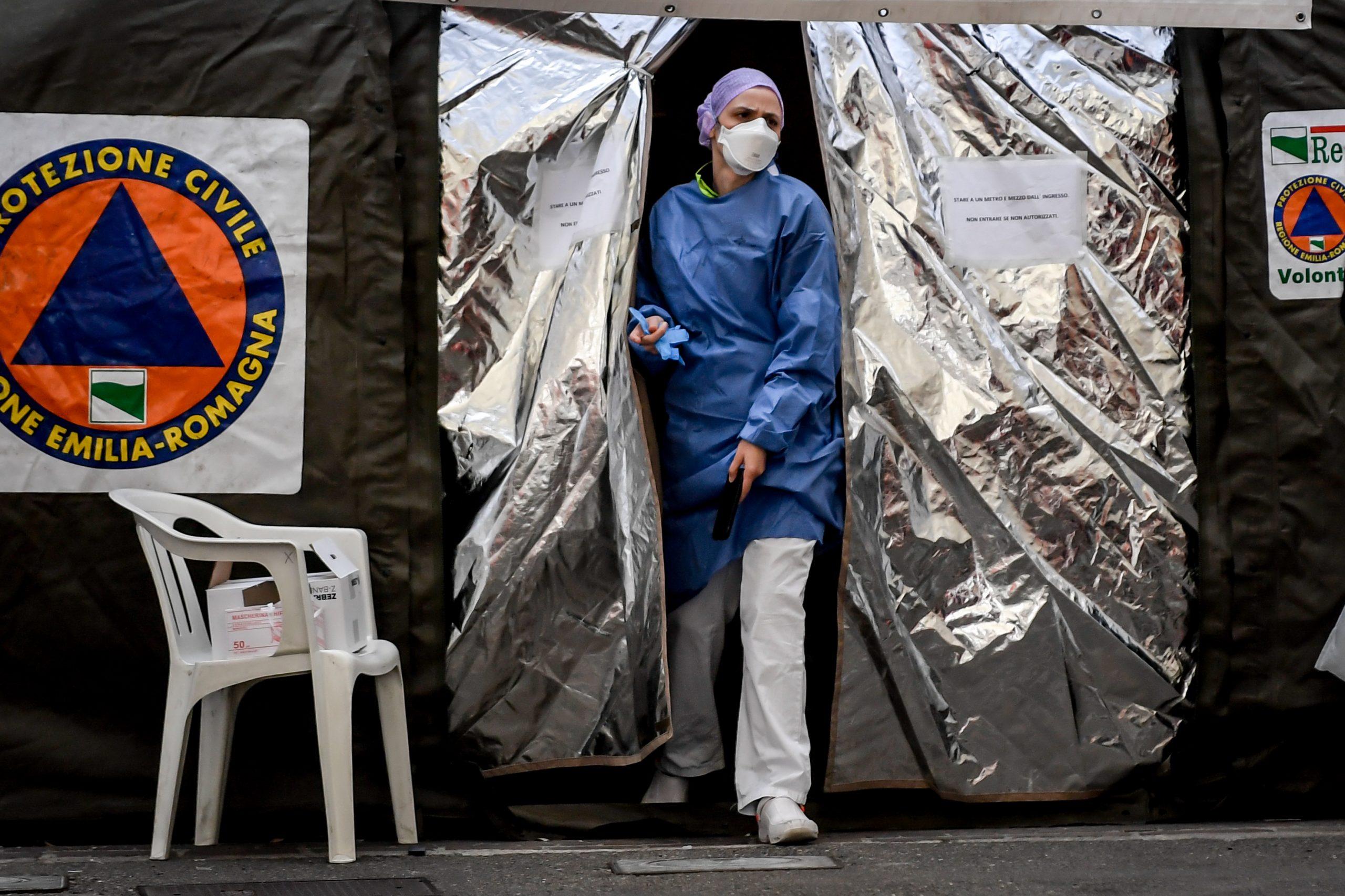 Tensostruttura davanti al Pronto Soccorso dell'Ospedale di Piacenza per far fronte all'emergenza Coronavirus (LaPresse)