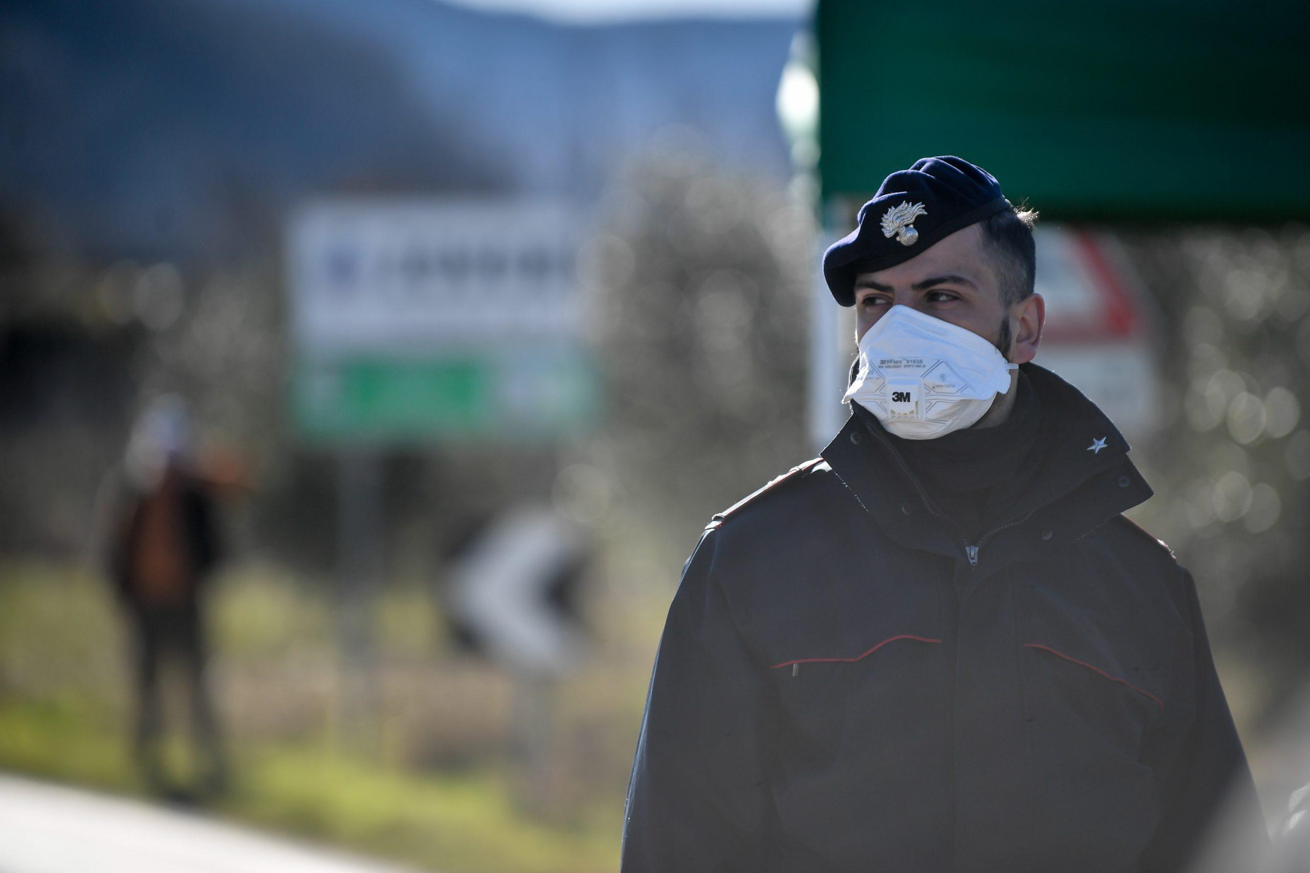 I carabinieri bloccano gli accessi a Vo' Euganeo, focolaio veneto del Coronavirus (LaPresse)