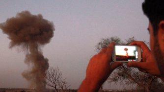 Bombe su Tripoli (LaPresse)