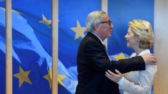 Bruxelles, abbracci e foto di rito tra Juncker e von der Leyen (LaPresse)