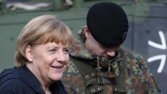 Angela Merkel e un soldato dell'esercito tedesco (LaPresse)
