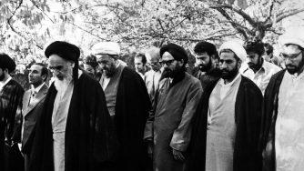 Ayatollah Khomeini in preghiera (LaPresse)