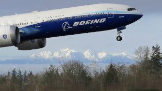 Il nuovo Boeing 777X decolla per il suo primo volo (LaPresse)