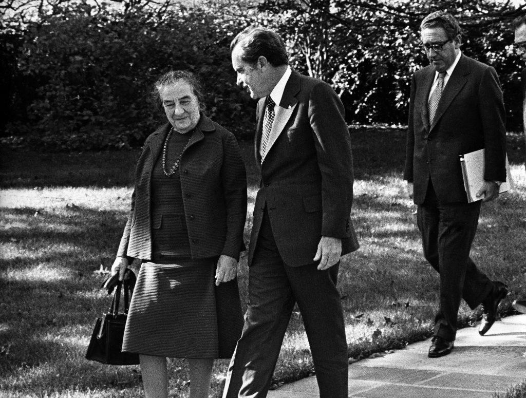 Golda Meir e Richard Nixon. Dietro di loro Henry Kissinger (LaPresse)