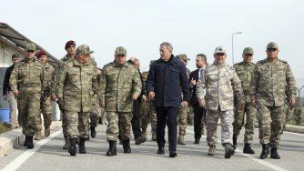 Hulusi Akar e alcuni ufficiali turchi (LaPresse)