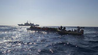 Operazione Mare Sicuro, soccorso migranti al largo delle coste libiche