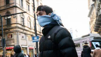 Mascherine nel centro di Milano (Fotogramma)