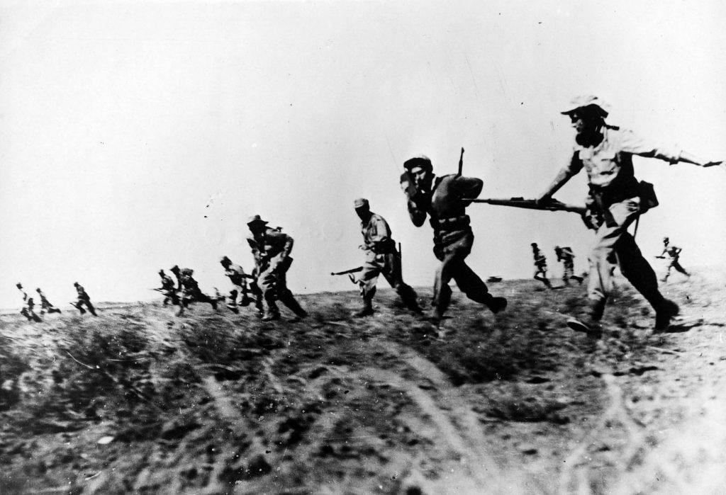 La fanteria di Israele nel deserto del Negev in uno scatto degli anni Quaranta (LaPresse)