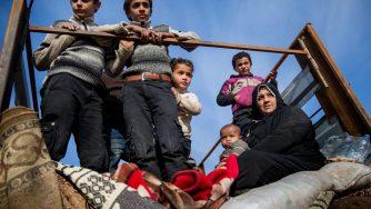 Rifugiati siriani, i controlli al check point per raggiungere Raqqa (LaPresse)