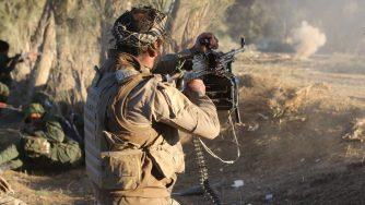 Un combattente anti Isis non lontano da Baghdad (LaPresse)