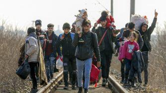 Migranti, migliaia in arrivo al confine fra Grecia e Turchia
