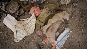 Una bambola rimasta sul terreno nella città di Sinjar assediata dall'Isis (LaPresse)