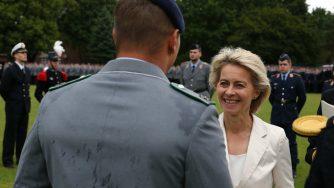 Ursula von der Leyen, ministro difesa tedesco alla cerimonia dei cadetti (LaPresse)