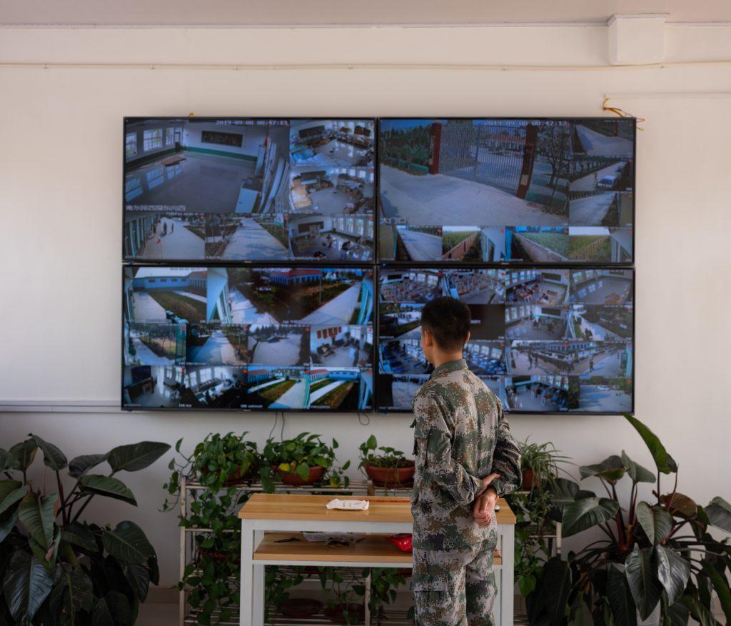 I ragazzi all'interno di questi centri di recupero vengono monitorati 24h tramite delle telecamere sparse per il campo. Quello di Weifang è uno dei campi più famosi e prestigiosi di tutta la Cina