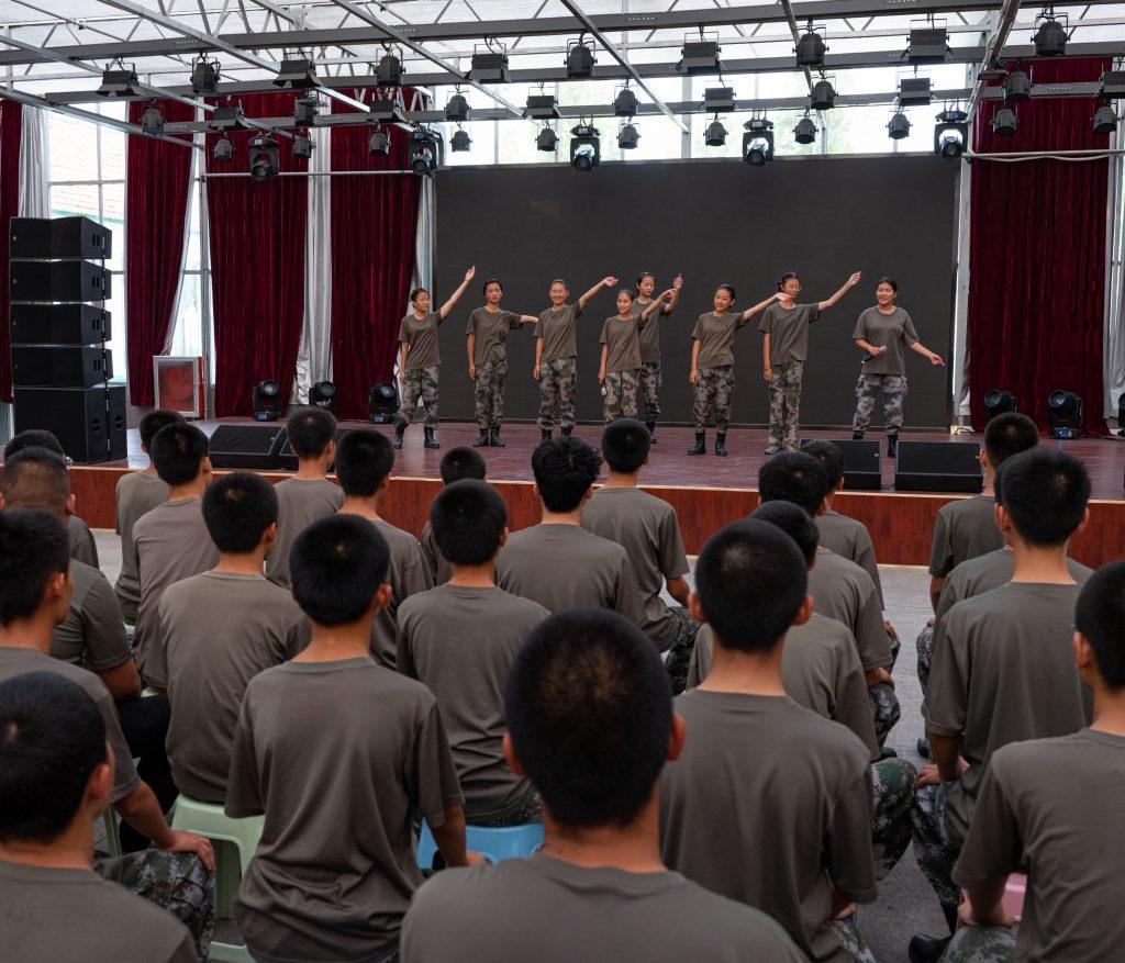 Una rappresentazione di canto nel teatro del campo di Weifang