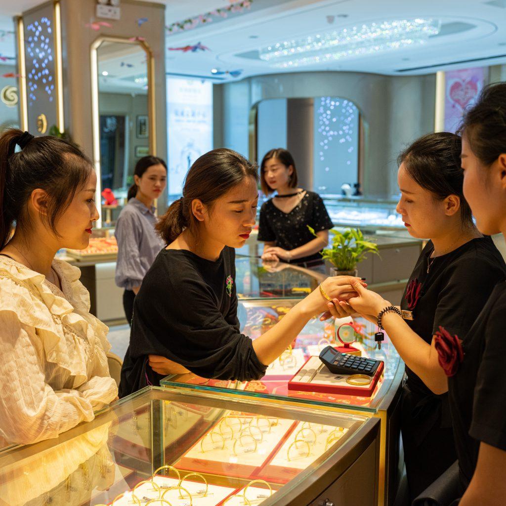 Una gioielleria di Wuxi. Una ragazza prova alcuni gioielli in previsioni delle sue nozze