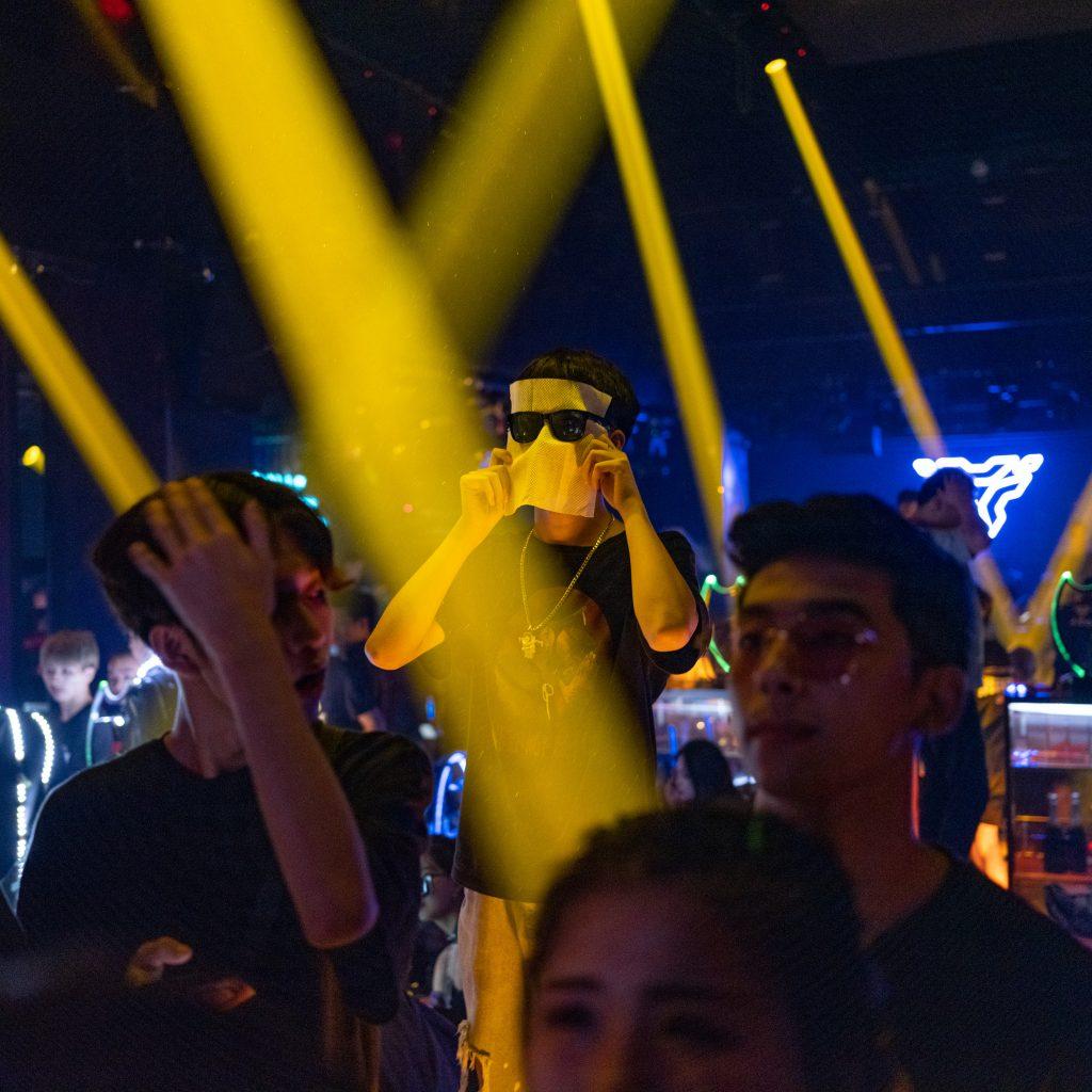 Un ragazzo sul palco di una discoteca hip hop di Wuxi