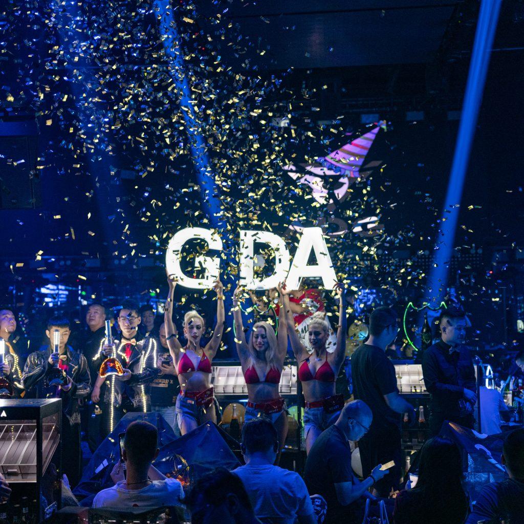 I festeggiamenti per un anniversario in una discoteca a Wuxi. I divertimenti e la vita notturna assomiglia sempre di più a quelli occidentali