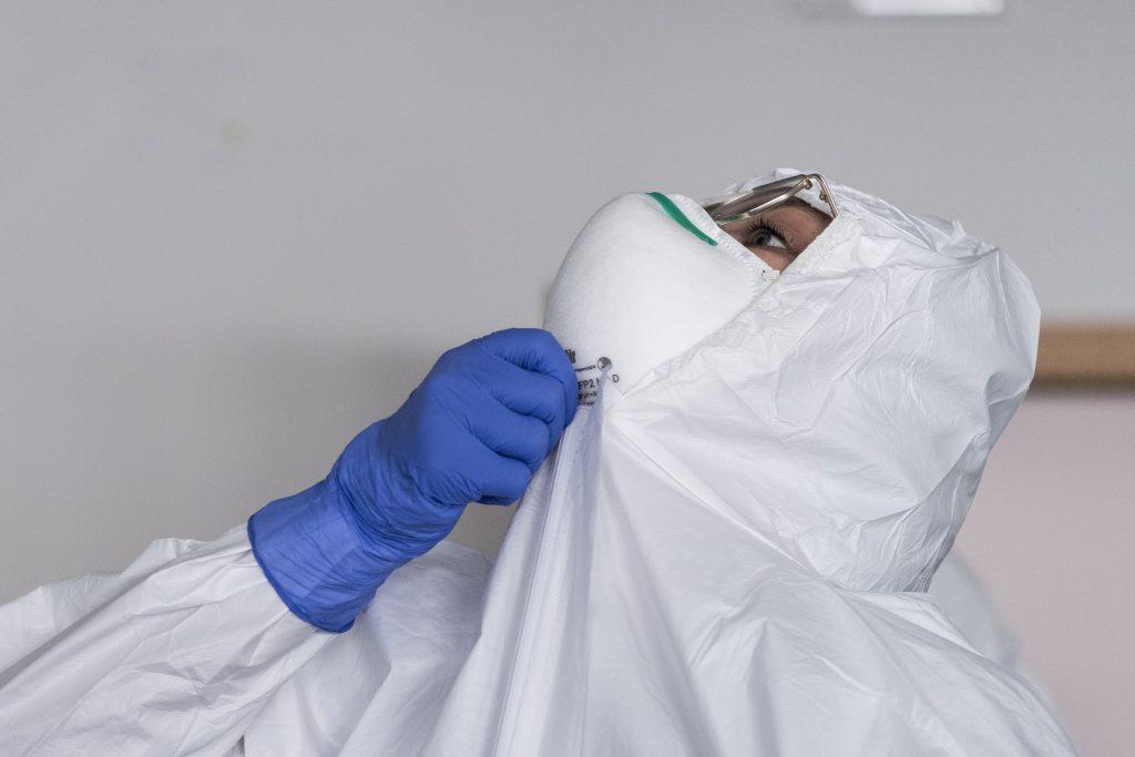 Covid-19: questo il nome del virus che ha paralizzato tutto il mondo. Naturale o nato in laboratorio? La Cina lo ha in qualche modo nascosto? Attorno a queste domande si gioca il futuro degli equilibri mondiali