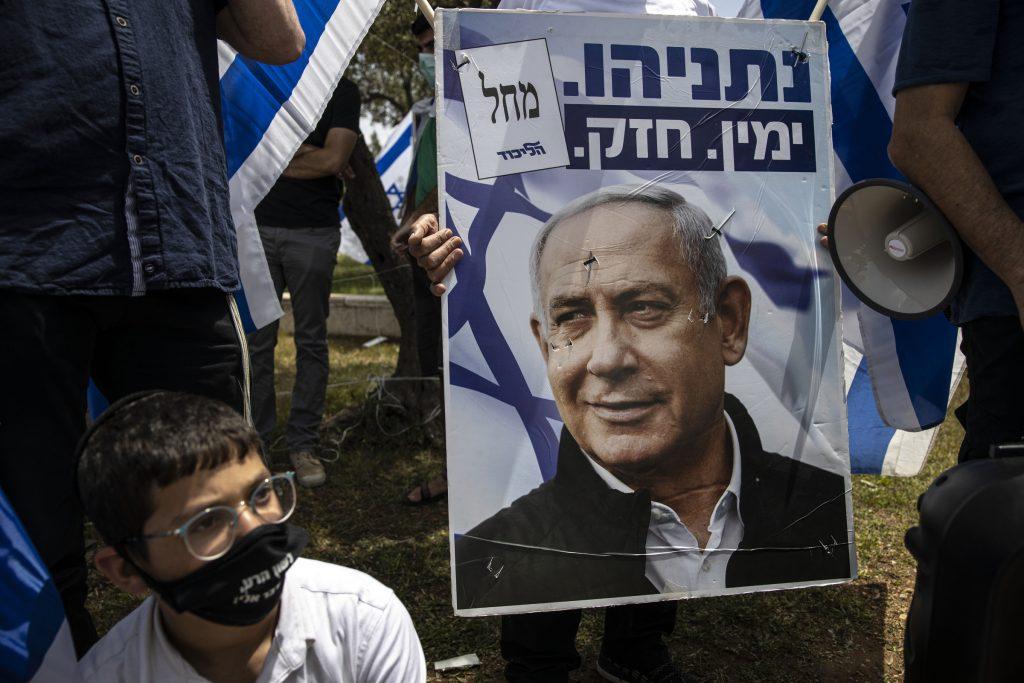 Benjamin Netanyahu sarà ancora premier. Il mago, così come viene chiamato, è riuscito a trovare un accordo con il suo rivale, Benny Gantz, e governerà per i prossimi 18 mesi. Il suo futuro? Ancora incerto