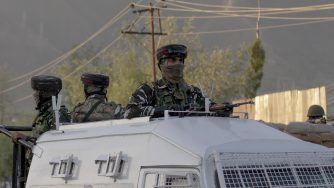 Miltiari indiani nel Kashmir (La Presse)