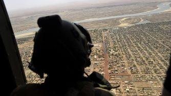 Un soldato francese su un elicottero (LaPresse)