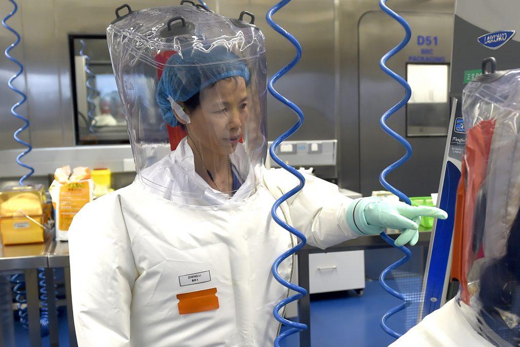 Perché gli Usa insistono sulla storia del virus nato in laboratorio