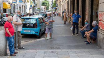 Anziani in città a Milano (Fotogramma)