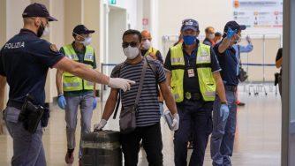 Coronavirus, test e tamponi a Fiumicino per il volo speciale proveniente da Dacca