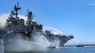 San Diego, incendio sulla nave USS Bonhomme Richard della Marina militare degli Stati Uniti