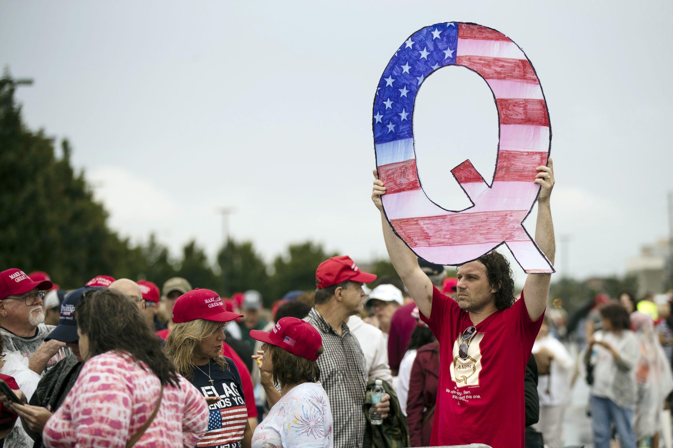Che cos'è Q Anon, la teoria del complotto che affascina gli