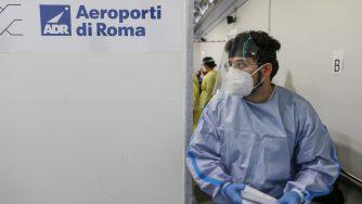 Controlli Covid aeroporto di Roma (La Presse)