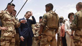 Macron visita le truppe francesi in Sahel (La Presse)
