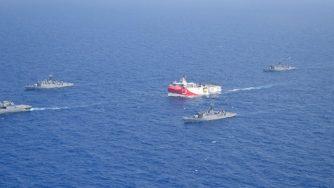 Turchia-Grecia, la nave da ricerca turca Oruc Reis scortata da navi della marina turca