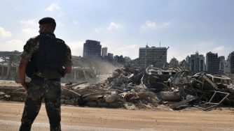 Soldato libanese macerie Beirut (La Presse)