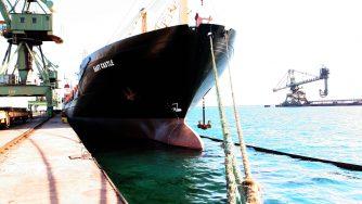 Nave porto di Taranto (La Presse)