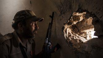 Miliziano in Libia (La Presse)