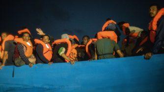 Migranti in fuga dalla Libia nel Mediterraneo (L aPresse)