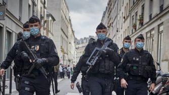 Polizia davanti al luogo dell'attacco contro la redazione di Charlie Hebdo (Getty)