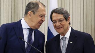 Sergey Lavrov e Nicos Anastasiades a Cipro (La Presse)