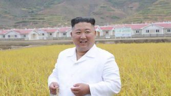 Corea del Nord, il leader Kim Jong Un visita un villaggio di confine colpito dalle inondazioni