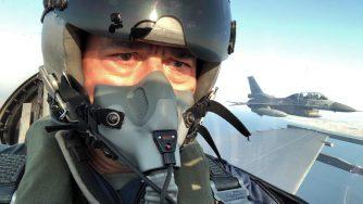 Hulusi Akar ministro turco in un F-16 (La Presse)