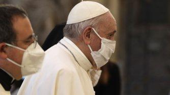 Papa Francesco nella basilica dell'Ara Coeli per la preghiera per la pace (La Presse)